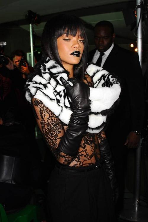 """Rihanna """"đốt mắt"""" người nhìn với ái vải sheer xuyên thấu cùng khăn lông sọc đen trắng lạ mắt. Thoạt nhìn thoáng qua, nhiều người sẽ nghĩ nữ ca sĩ đang không mặc áo và lầm tưởng những họa tiết kia là hình xăm trên cơ thể cô."""