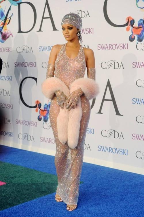 Nhận danh hiệu Fashion Icon của năm tại lẽ trao giải CFDA Awards 2014, ngôi sao này sang trọng trong loạt thiết kế làm từ lưới của thương hiệu Adam Selman. Được biết toàn bộ thiết kế này, từ đầm, mũ đến khăn tay được đính nạm bởi hơn 216000 tinh thể pha lê Swarovski.