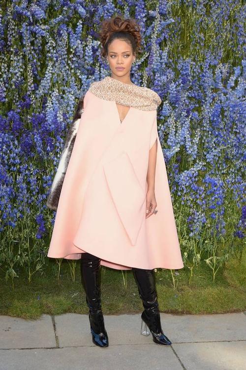 Tham dự show diễn thời trang Xuân-Hè 2016 của Christian Dior, nữ ca sĩ diện một chiếc áo cape màu hồng pastel hợp mốt trong bộ sưu tập Fall 2015 Couture của thương hiệu này. Điểm đặc biệt của bộ trang phục này là chỉ duy nhất ống tay bên phải và đây cũng là chi tiết được làm từ lông, tạo điểm nhấn cho cả chiếc áo khác chất liệu.