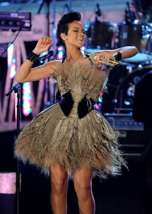 Trình diễn tại Lễ trai giải Grammy lân thứ 50 năm 2008, nữ ca sĩ gây ấn tượng mạnh với chiếc váy xòe được làm từ lông vũ độc đáo. 3 năm sau ngày đầu mới vào nghề, phong cách của Rihanna đã thay đôi