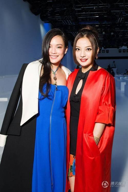 Triệu Vy và Thư Kỳ cùng có thứ hạng khi đi nước ngoài.
