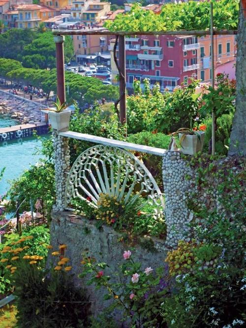 Những ngôi nhà xinh đẹp được phủ đầy hoa, hướng ra biển ở Cinque Terre.