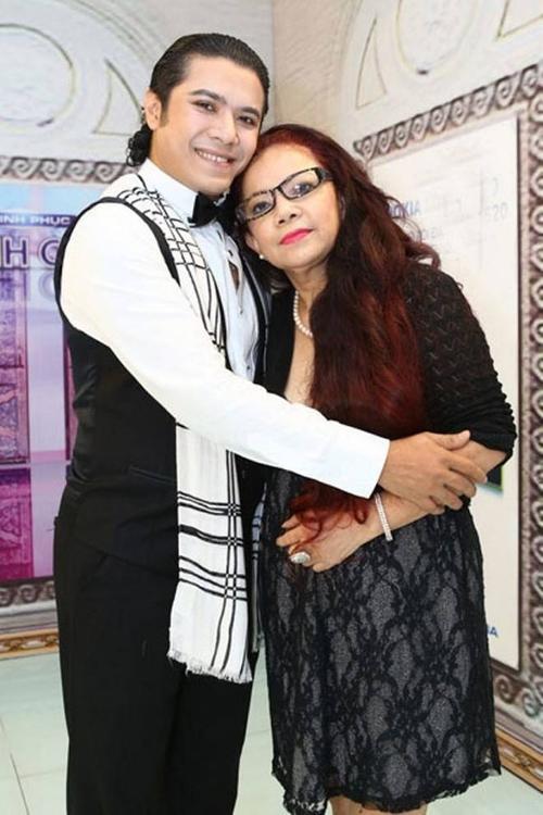 Mẹ của Kasim lui về hậu trường để làm quản lý cho con.