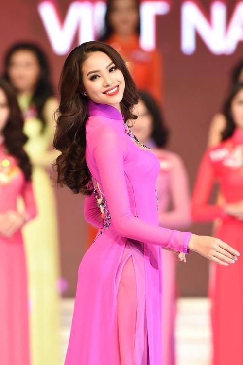 Phạm Thị Hương xinh đẹp trong trang phục áo dài.