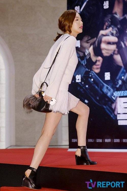 Tối 14/10, Park Min Young là một trong số khách mời VIP đến ủng hộ đoàn làm phim The Exclusive: Beat the Devil's Tattoo tổ chức buổi ra mắt ở cụm rạp Lotte. Mải bận rộn đóng phim, đã lâu người đẹp City Hunter mới xuất hiện.