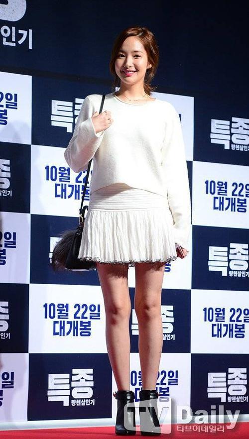 Ăn vận không quá xuất sắc nhưng Park Min Young gây ấn tượng bởi nhan sắc trẻ trung, tươi tắn. Có được vẻ đẹp nhờ phẫu thuật thẩm mỹ nhưng Park Min Young không sa đà dao kéo. Cô được coi là chuẩn mực của nhan sắc nhân tạo do các bác sĩ phẫu thuật thẩm mỹ Hàn bình chọn.