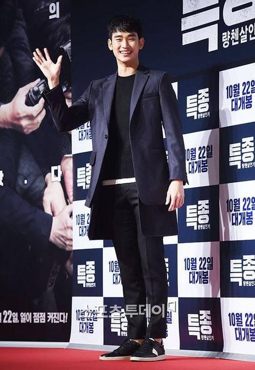 Sự kiện có sự góp mặt của các sao khác như Kim Soo Hyun. Nam diễn viên Vì sao đưa anh tới vẫn thân thiện như mọi khi.