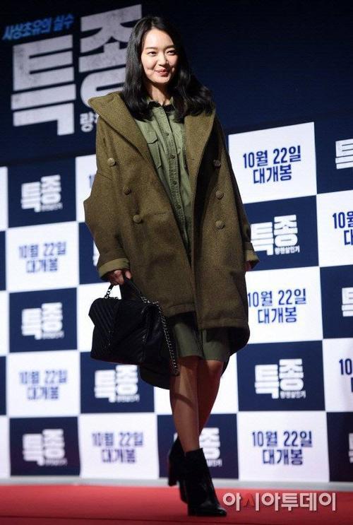 Shin Min Ah diện trang phục oversize che giấu đường cong.