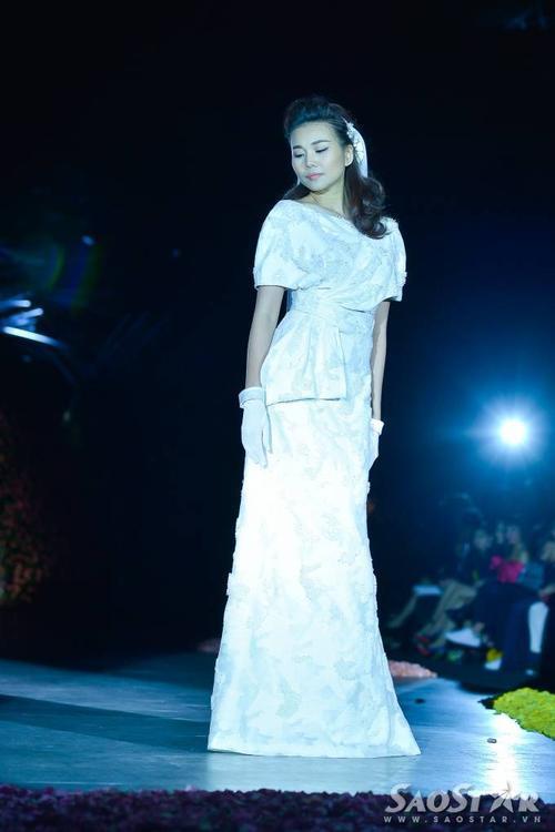 Thanh Hằng giữ ngôi vị nữ hoàng sàn diễn với vai trò vedette cho show Phương My.