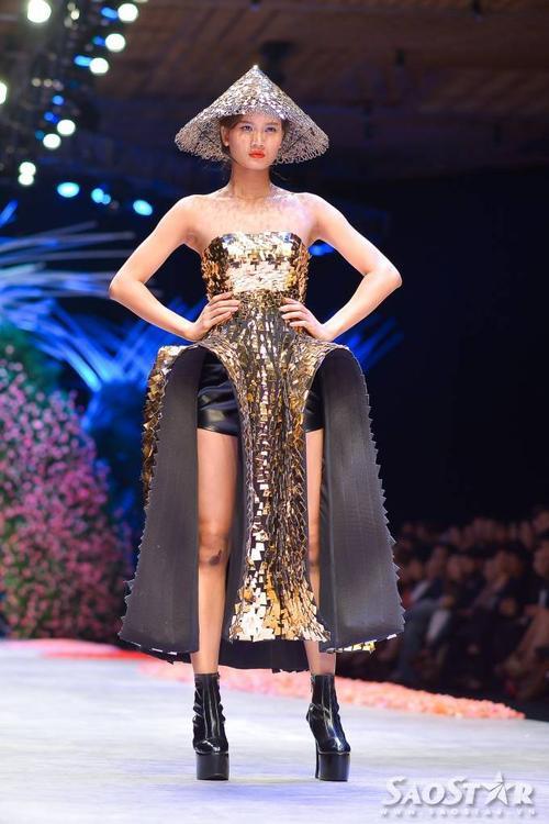 Quán quân Việt Nam Nexttop model năm 2015 Phương Ly là người mở màn cho Tuần lễ thời trang quốc tế Việt Nam.