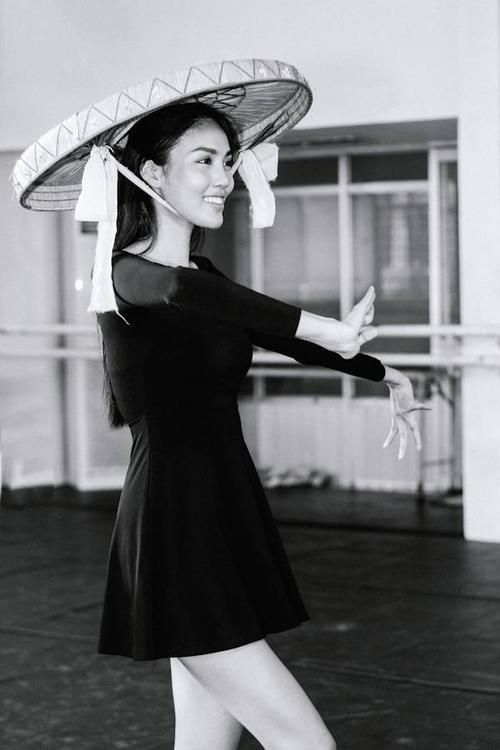Lan Khuê chăm chỉ học múa. Cô tiết lộ mình học và nhớ bài khá nhanh.