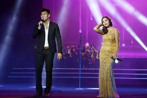 Tạ Quang Thắng - Hồng Vy song ca ăn ý ở phần trình diễn Việt Nam trong trái tim tôi.