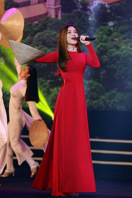 """Xuất hiện trên sân khấu, cựu HLV Giọng hát Việt thu hút nhiều sự chú ý của người xem khi diện bộ áo dài màu đỏ và chiếc nón lá. Bên cạnh đó, giọng ca Tội lỗi cũng dành thời gian chia sẻ về tiết mục của mình. Cô nói: """"Trước khi diễn lại bài hát này Hà phải dành thời gian để ráp với nhóm múa thật kỹ. Đây là bài Hà rất yêu thích từ khi nhóm V.music trình diễn và ra mắt dự án âm nhạc cộng đồng cách đây hơn 4 năm. Với Hà, ngoài các bài hát về tình yêu, Hà luôn có một số bài mang tính cộng đồng, ca ngợi tình yêu quê hương, lòng nhiệt huyết tuổi trẻ... bởi dòng nhạc này rất quan trọng""""."""