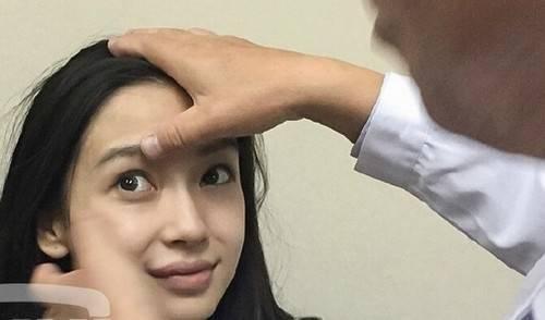 Người đẹp được kiểm tra vùng mắt.