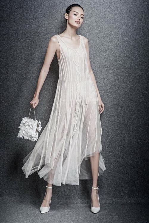 Lê Thanh Thảo mềm mại trong thiết kế vải voan quyến rũ. Chiếc túi xách đính hoa được kết từ vải cũng là một điểm nhấn thú vị của cả bộ sưu tập.