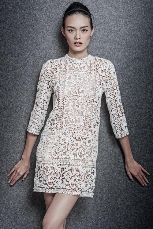 Và một chiếc váy suông khác được làm từ chất liệu ren cũng gợi cảm không kém.