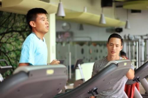 Kim Lý đang huấn luyện thể thực cho VĐV Lý Hoàng Nam.