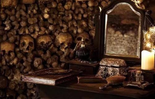 Trước khi đi ngủ, bạn sẽ được một người kể chuyện dẫn dắt vào thế giới bí mật của những câu chuyện rùng rợn về khu hầm mộ.