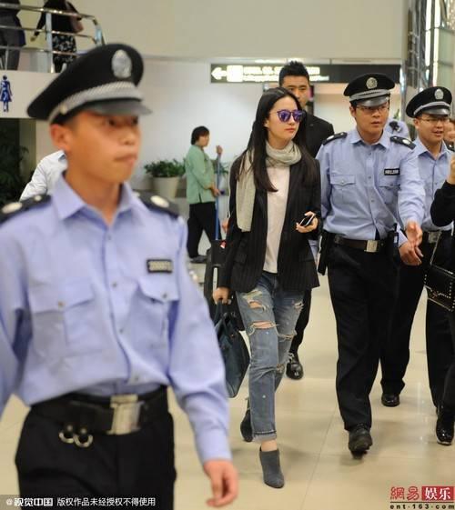 Nhân viên an ninh hỗ trợ Lưu Diệc Phi.