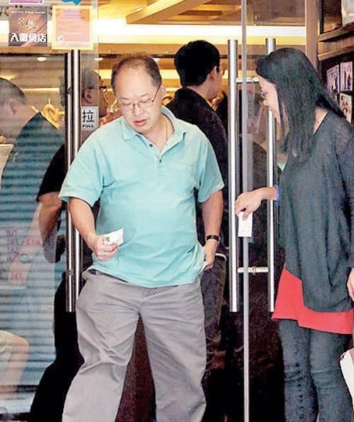 Dương Tư Kỳ thường xuyên bị bắt gặp hẹn hò với đại gia có vợ con.