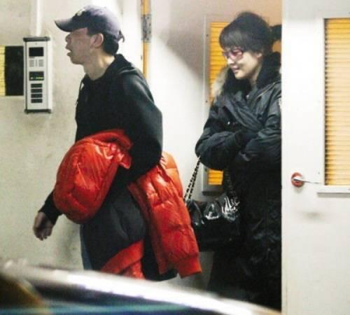 Ảnh Phùng Tiểu Cương vui vẻ cùng một cô gái vào khách sạn từ lối tầng hầm. Đạo diễn sau đó thanh minh, ông chỉ bàn về kịch bản với cô.