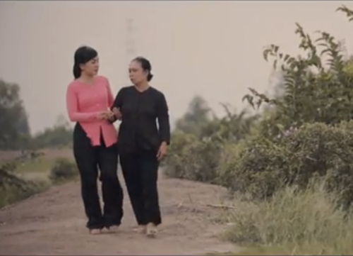 Hà Vân trong MV Mẹ là cánh cò yêu thương - Ảnh: Chụp màn hình MV