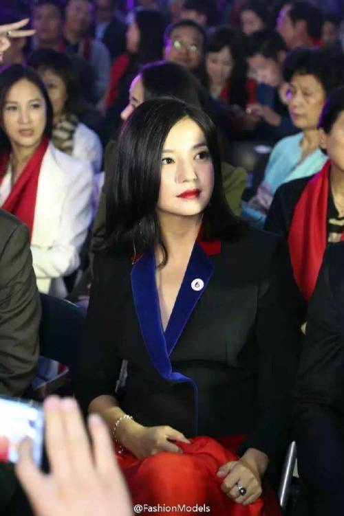 Triệu Vy và Huỳnh Hiểu Minh - hai sinh viên khóa 1997 cùng thời với Trần Khôn, Trương Hằng. Nhiều người nhận xét, sau 28 năm, Triệu Vy tăng cân phát tướng trông thấy