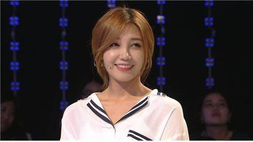 Trong nhóm nữ A Pink, thành viên Jung Eun Ji là thành viên nổi trội nhất nhờ vai trò hát chính. Eun Ji từng tham gia chương trình King of Mask Singer và gây bất ngờ cho khán giả vì khả năng hát live. Nữ ca sĩ 23 tuổi được giới chuyên môn chấm 27 điểm với 7 phiếu bầu - xếp thứ 5 trong top 10. Ngoài ca hát, Eun Ji còn lấn sân diễn xuất qua Reply 1997 và Trot Lovers và nhận được nhiều lời khen.