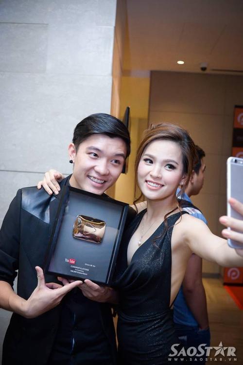 Cặp đôi cùng nhau chụp hình tự sướng để cập nhật tin vui đến bạn bè, người hâm mộ thông qua mạng xã hội.