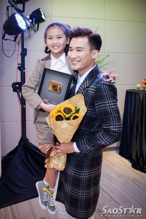 Sau khi buổi họp báo kết thúc, bé Bảo An được Chí Thiện ẵm lên để chúc mừng, chụp ảnh lưu niệm.