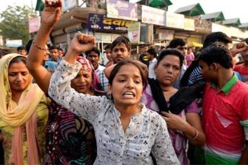 Nhiều người tập trung gần nhà bé gái hai tuổi bị cưỡng hiếp để biểu tình, yêu cầu cảnh sát dốc sức điều tra vụ việc.