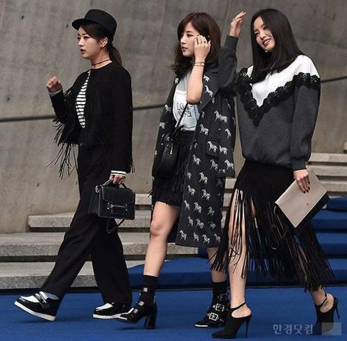 Son Na Eun ngượng ngịu cười trừ và tiếp tục di chuyển.