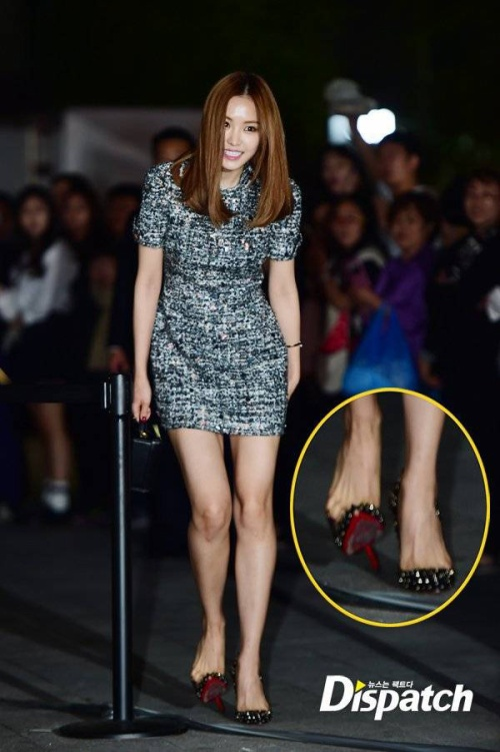 Hôm 17/10, tại show diễn của nhà mốt LUCKY CHOUETTE ở Tuần lễ thời trang, Son Na Eun đến làm khách mời, cô bị tuột giày trong lúc tiến vào hội trường.