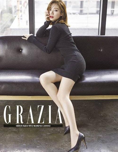 Tuy nhiên, tới trang sau, nữ diễn viên 29 tuổi khoe đường cong chữ S trong bộ váy liền thân ôm sát, tạo dáng gợi cảm.