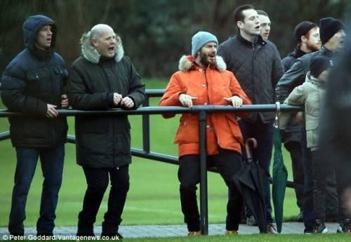 Beckham cổ vũ con trai mình trong một trận đấu