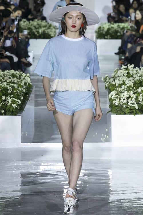 Một thiết kế xanh pastel pha trắng thanh lịch, tinh tế của thương hiệu Steve J & Yoni P.