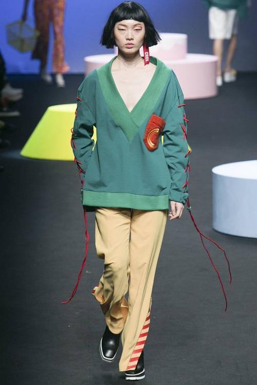 Chiếc áo màu xanh ngọc lục bảo với đường dây đan độc đáo ở hai bên tay áo của thương hiệu Cres. E Dim.