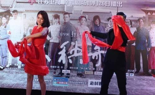 Trước đó, cô còn vui vẻ giao lưu cùng phóng viên và khiêu vũ chào mừng sự kiện.