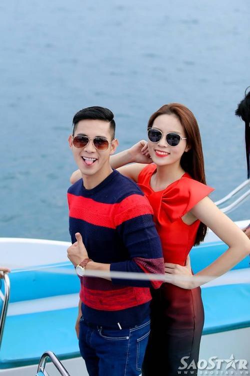 """Hồ Vĩnh Khoa và hoa hậu Kỳ Duyên diện trang phục """"ton sur ton"""" màu đỏ rực. Cả hai háo hức khoe dáng trên du thuyền đắt tiền."""