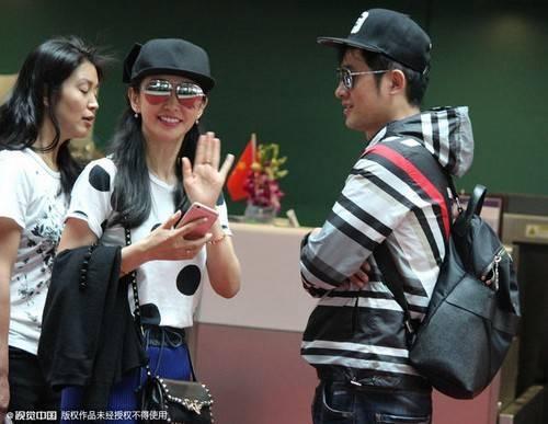 Lý Băng Bang và Nhậm Tuyền vui vẻ khi phóng viên bắt gặp ở sân bay.
