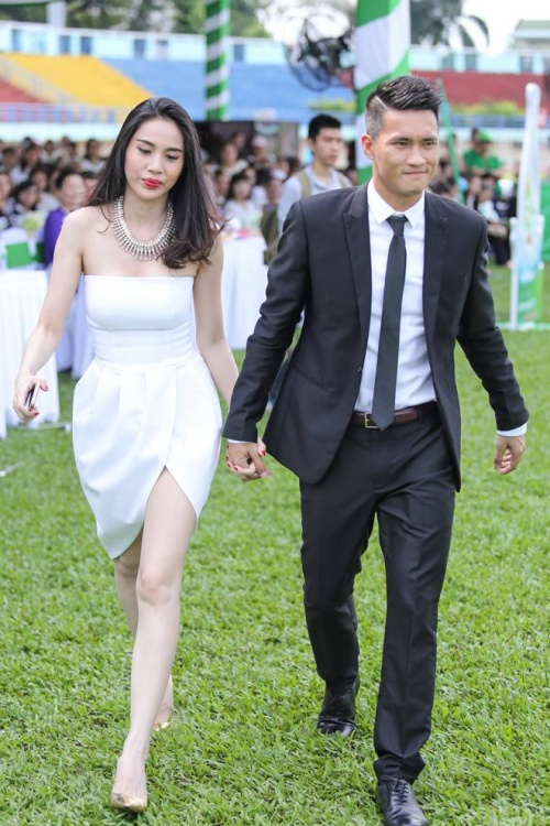 Sáng 20/10, Thủy Tiên và Công Vinh có mặt tại sân vận động Quân khu 7 (TP HCM) để tham gia sự kiện nhân ngày Phụ nữ Việt Nam. Đây là một trong những lần hiếm hoi cặp đôi công khai xuất hiện cùng nhau.