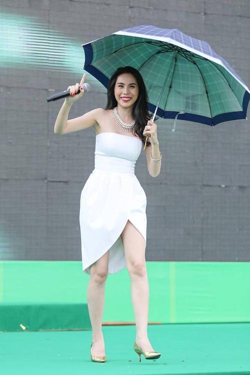 Trong sự kiện, Thủy Tiên trình diễn các ca khúc quen thuộc như Xin đừng buông tay, Ngôi nhà hạnh phúc... Giữa chương trình, trời bất chợt đổ mưa khiến nữ ca sĩ phải vừa cầm ô vừa hát.
