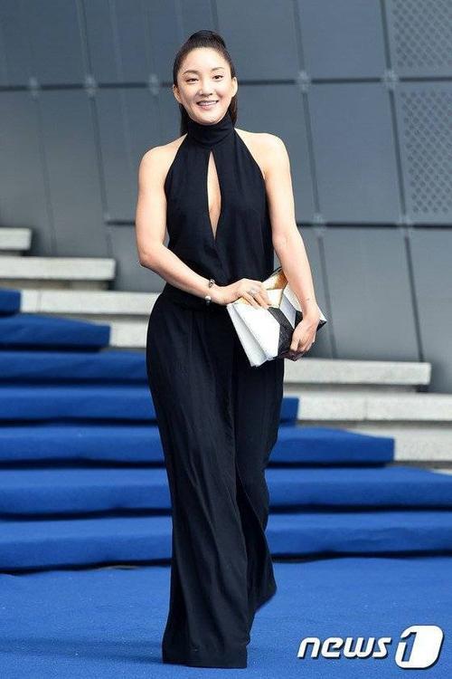 Chiều 20/10, nữ ca sĩ Bada làm khách mời thưởng thức bộ sưu tập mới của nhãn hiệu Miss Gee tại Tuần lễ thời trang Seoul. Thành viên nhóm S.E.S diện bộ đầm đen không tay, khoét phần ngực dài gợi cảm.
