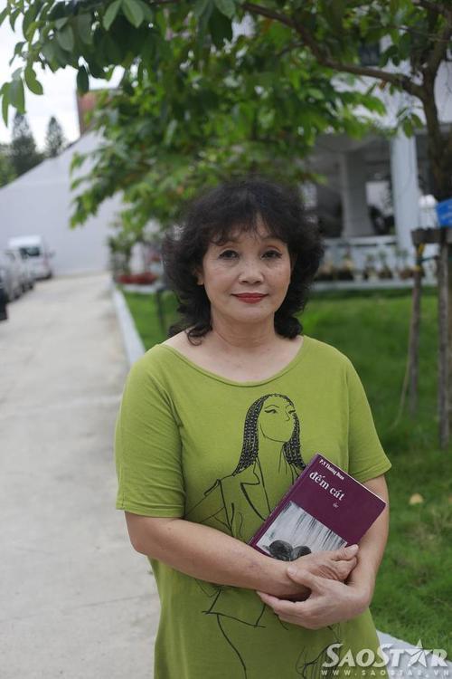 Nhà thơ Thường Đoan và tập thơ Đếm cát (2003).