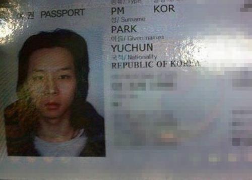 Nam ca sĩ Park Yoochun của nhóm JYJ với kiểu tóc khá dài khi chụp ảnh hộ chiếu.