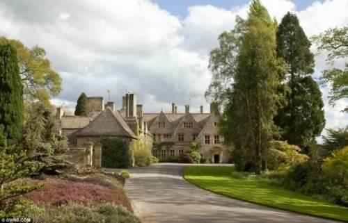 Căn biệt thự trông như một lâu đài cổ tích.