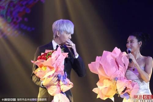 Trương Bá Chi và Kris Ngô Diệc Phàm song ca trên sân khấu.