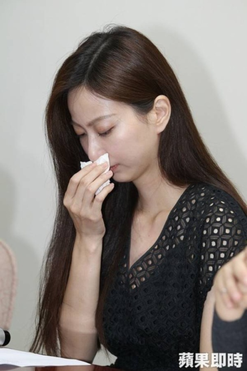 Cô khóc nức nở trong suốt cuộc họp báo vì những gì mình phải trải qua sau khi bức hình trở nên nổi tiếng.