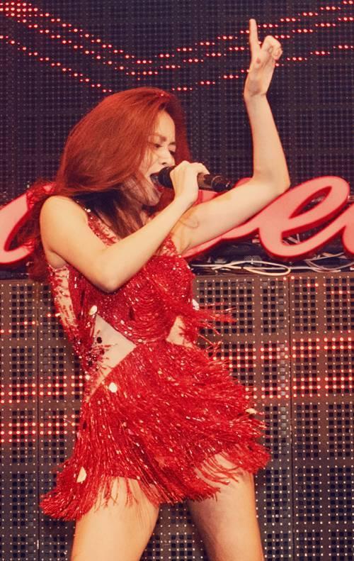 Tối 21/10, Hoàng Thùy Linh góp mặt trong một chương trình tại TP HCM. Cô gửi đến khán giả hai ca khúc: Nhịp đập giấc mơ, Just You được phối trên nền nhạc EDM.