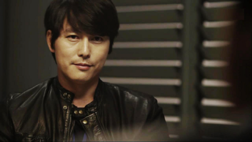 """Khi quay bộ phim Cold Eyes, tài tử Jung Woo Sung nhận thấy bất cứ khi nào anh phải quay cảnh trên nóc nhà, trời sẽ trở lạnh. """"Ngay cả khi chúng tôi đặt lịch cho ngày ấm để quay thì cứ khi nào tôi leo lên mái nhà, trời bắt đầu lạnh"""" - nam diễn viên nói."""